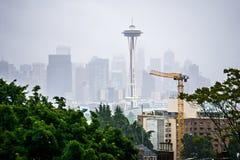 Molnig och dimmig dag med seattle horisont Royaltyfri Bild