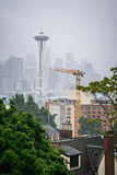 Molnig och dimmig dag med seattle horisont Arkivbilder