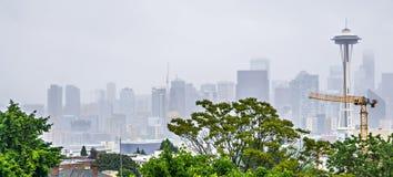 Molnig och dimmig dag med seattle horisont Royaltyfria Foton
