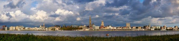 Molnig panorama för afton av staden av Antwerp Royaltyfria Foton