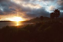 Molnig Pismo strandsolnedgång royaltyfri foto