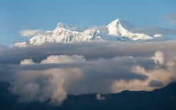 Molnig räkning för bergsnowmaximum Royaltyfri Foto