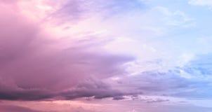 Molnig rosa himmel royaltyfria foton