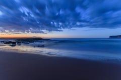 Molnig Seascape för långa exponeringsblått royaltyfria foton