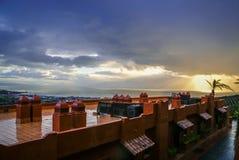 Molnig sikt till Manilva från kullen i Spanien royaltyfri bild