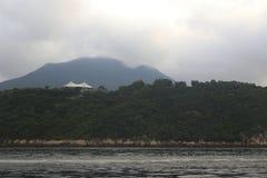 Molnig sjösidasolnedgång Royaltyfria Foton