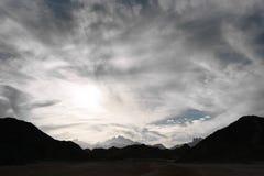Molnig sky över bergen fotografering för bildbyråer