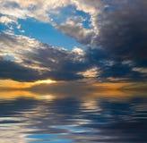 Molnig sky över vatten Royaltyfria Bilder