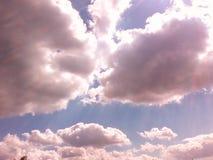 bluen clouds den pösiga skyen Arkivfoton