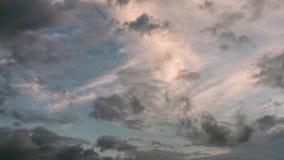 molnig sky Dramatisk himmel med fluffiga moln i solig dag för solnedgång stock video