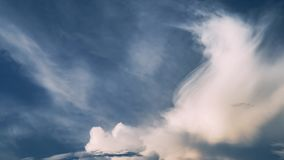 molnig sky Dramatisk himmel med fluffiga moln i solig dag för storm stock video