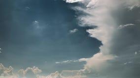 molnig sky Dramatisk himmel med fluffiga moln i solig dag för storm lager videofilmer