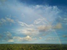 Molnig skyscape med regnbågen Arkivbilder