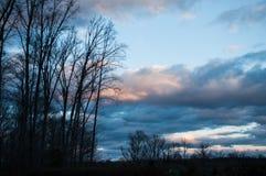 molnig skysolnedgång Arkivfoton