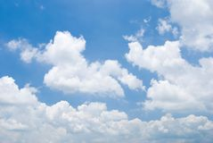 molnig solig dagsky Arkivfoton