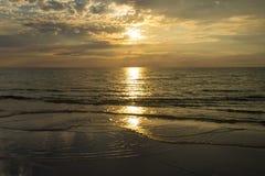 Molnig solnedgång över havet royaltyfri fotografi