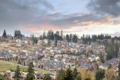 Molnig solnedgång över Nordamerika förorts- bostads- Subdivisio Arkivbilder