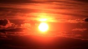 Molnig solnedgång stock video