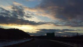 molnig solnedgång arkivfoton