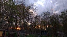 molnig solnedgång Arkivbilder