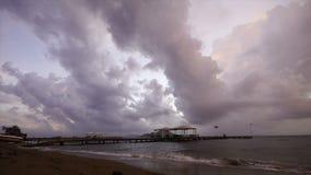 Molnig solnedgång för stormtimelapsen i turgutreis stock video