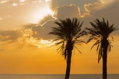 Molnig solnedgång i den Ashkelon stranden, Israel Arkivbilder