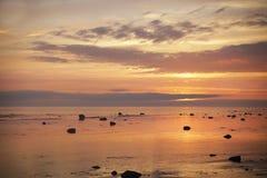 Molnig solnedgång i golfen Arkivbild