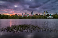 Molnig solnedgång på den Izmailovo Kreml i Moskva Royaltyfria Foton