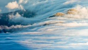 Molnig solnedgång på den Pico ön i Azoresna arkivfilmer