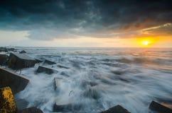 Molnig solnedgång på glagahstranden yogyakarta Royaltyfri Foto