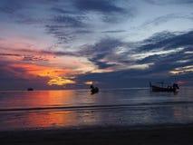 Molnig solnedgång på Koh Tao royaltyfri bild
