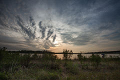Molnig solnedgång på Severn River arkivbilder
