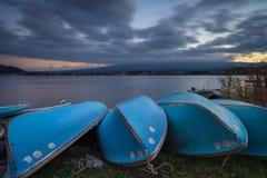 Molnig solnedgång på sjön Kawaguchi i höst royaltyfria bilder
