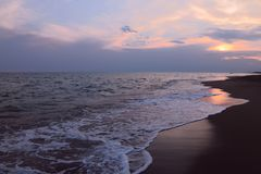 Molnig solnedgånghimmel på havet Fascinera horisontlinjen på solnedgången arkivfoton