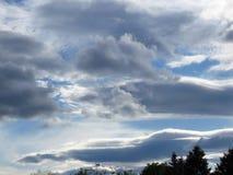 molnig solnedg?ng Gråa moln i den blåa himlen Stormigt, molnigt, regnigt dystert begrepp för väderprognos royaltyfria foton
