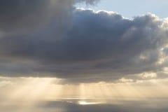 Molnig soluppgång över Atlanticet Ocean arkivfoton