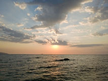 Molnig soluppgång över havet Royaltyfri Bild
