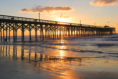 Molnig soluppgång över havet Arkivbilder