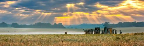 Molnig soluppgång över Stonehenge Arkivbild