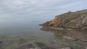 Molnig sommarmorgon på klipporna Halvön av Hanko, Finland lager videofilmer