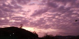 molnig sommarsolnedgång royaltyfria foton
