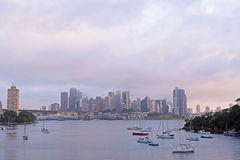 Molnig Sydney cityscapesolnedgång Arkivbilder
