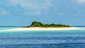 Molnig tropisk strand i Maldiverna arkivfoton
