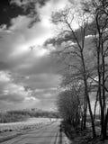 molnig vägvinter Arkivfoto