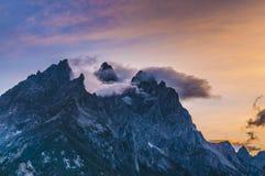 Molniga bergmaxima på solnedgången fotografering för bildbyråer
