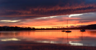 Molniga Dawn Waterscape på fjärden med reflexioner royaltyfria foton