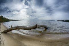 Molniga himlar över kropp av vatten Arkivfoto