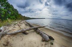 Molniga himlar över kropp av vatten Fotografering för Bildbyråer