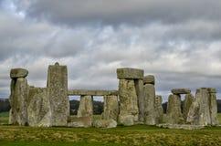 Molniga himlar över Stonehenge i England arkivbilder