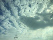 Molniga himlar som delas av elektriska trådar royaltyfria foton